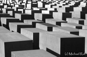 Verwinkelte Ansichten im Holocaust-Mahnmal in Berlin.