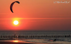 Kitesurfen im Sonnenuntergang von Wangerooge